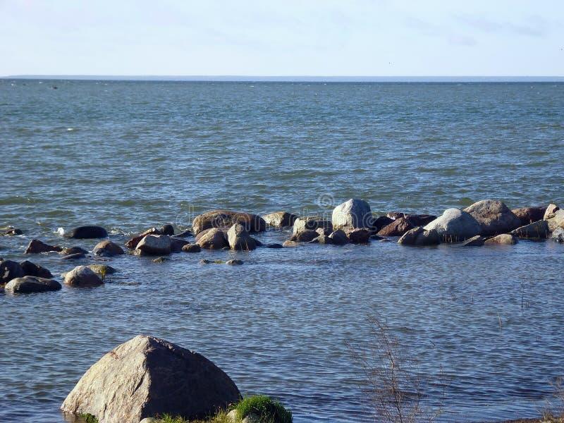 Området av havet, inneslutat av stenar fotografering för bildbyråer