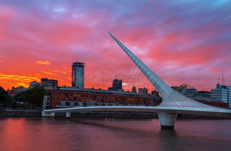 Området av Puerto Madero och bron för kvinna` s i solnedgången airesargentina buenos fotografering för bildbyråer