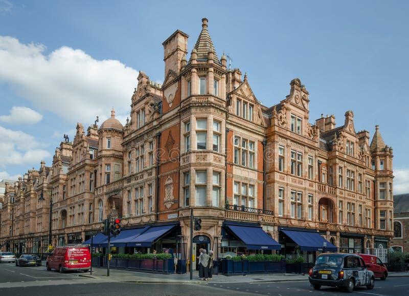 Området för London ` s Mayfair presenterar ett brett val av restauranger och shoppar arkivbilder