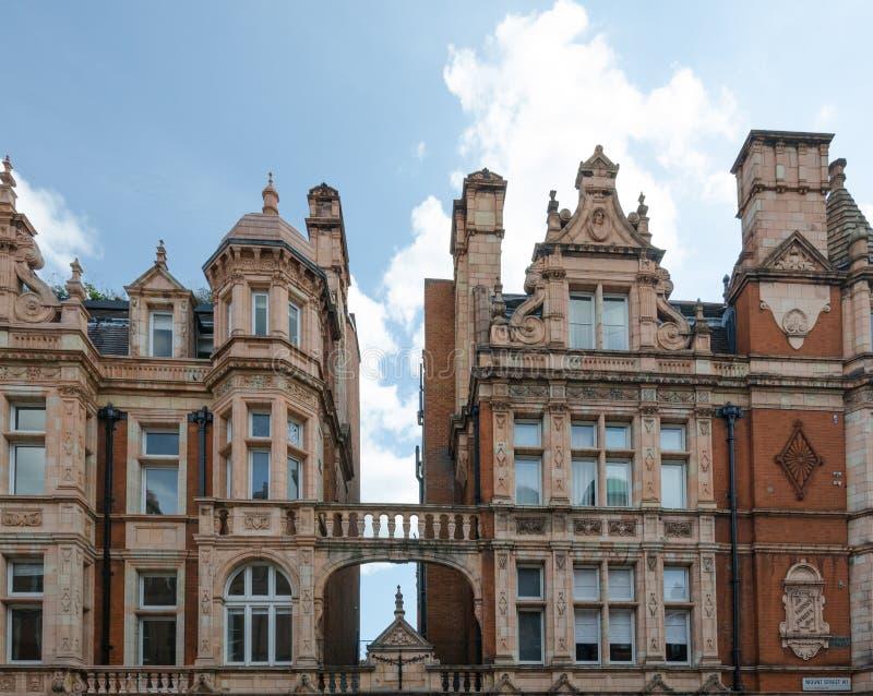 Området för London ` s Mayfair presenterar historiska beträffande tegelstenhyreshusar royaltyfri foto