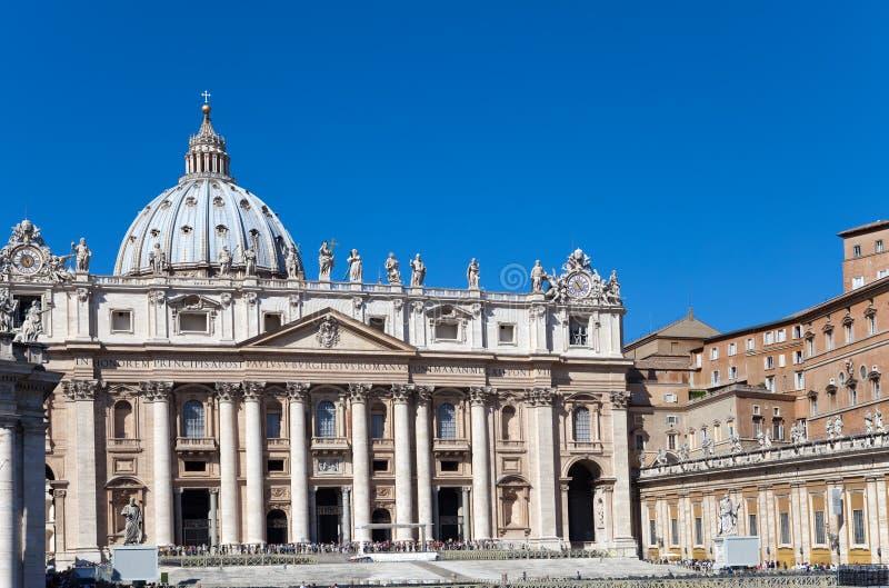 Området för Sts Peter Cathedral.Cityscape i en solig dag royaltyfria foton
