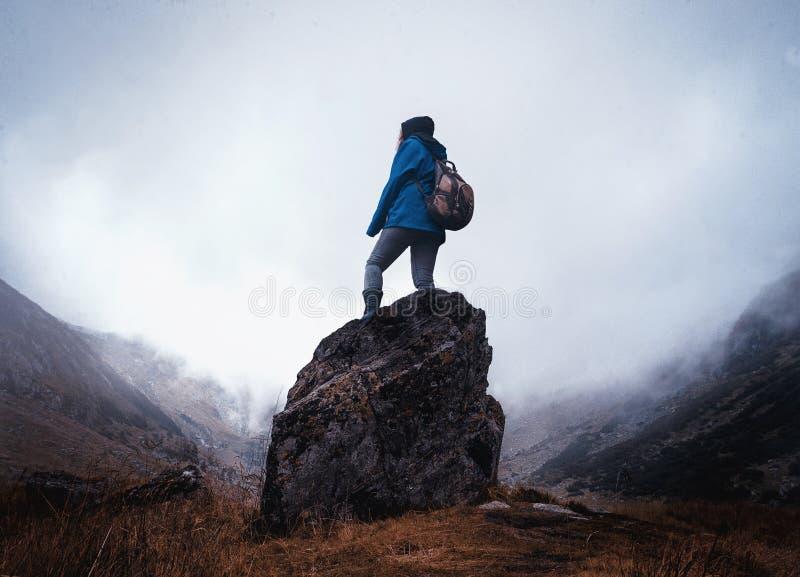 Omringd door bergen stock afbeelding