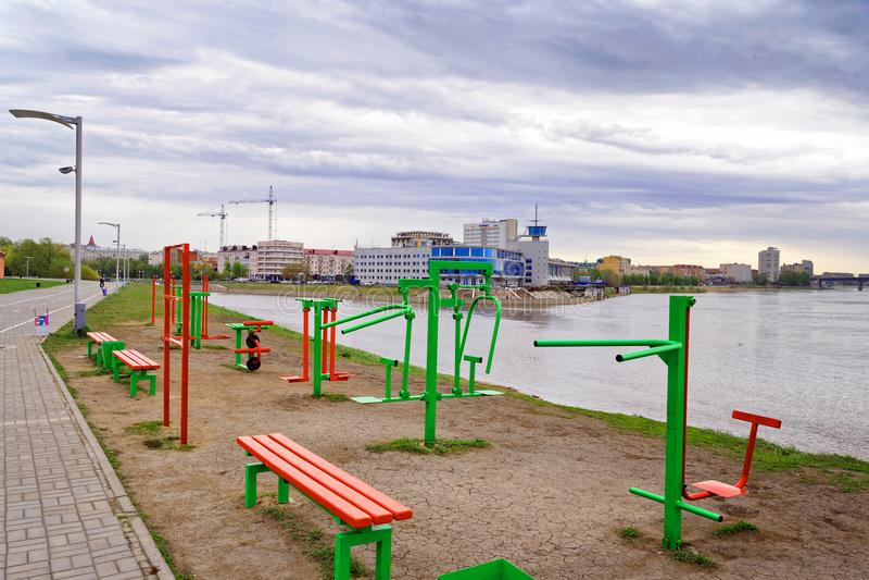 omsk Deportes al aire libre públicos complejos en el terraplén del río Irtysh fotografía de archivo libre de regalías