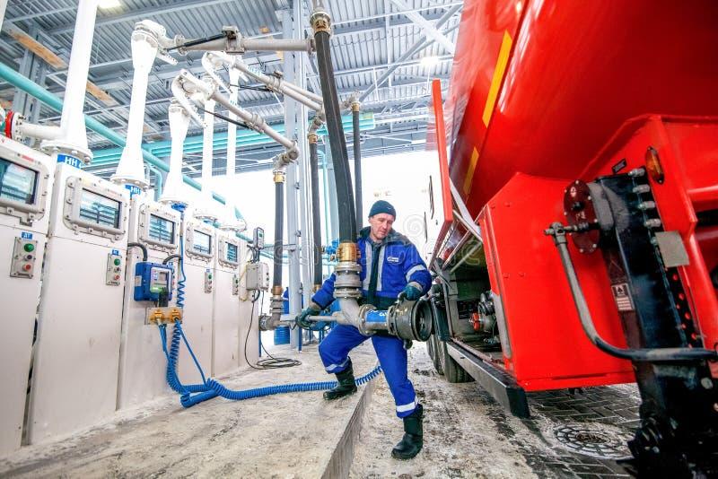 Omsk, Rússia - 6 de dezembro de 2011: Gazprom, posto de gasolina imagem de stock