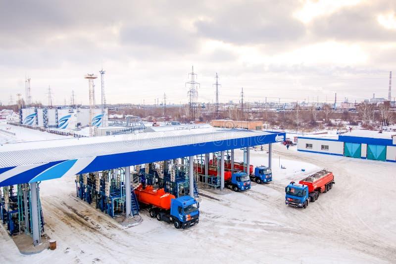 Omsk, Rússia - 6 de dezembro de 2011: Gazprom, posto de gasolina imagens de stock