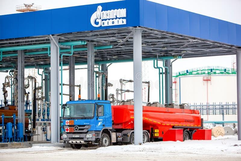 Omsk, Rússia - 6 de dezembro de 2011: Gazprom, posto de gasolina foto de stock