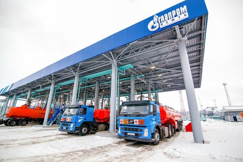 Omsk, Rússia - 6 de dezembro de 2011: Gazprom, posto de gasolina fotos de stock