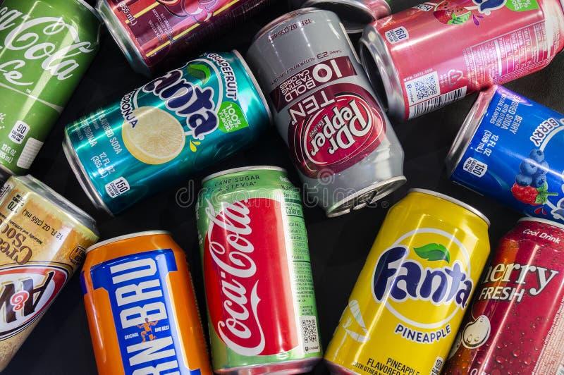 Omsk Rosja, Lipiec, - 14, 2019: W górę sody Różni wytwórcy Koka-kola, Fant, 7up, Żelazny Brue i tak dalej fotografia stock