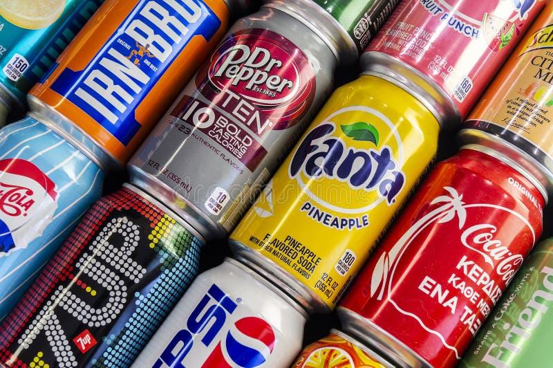 Omsk Rosja, Lipiec, - 14, 2019: W górę sody Różni wytwórcy Koka-kola, Fant, 7up, Żelazny Brue i tak dalej zdjęcia stock
