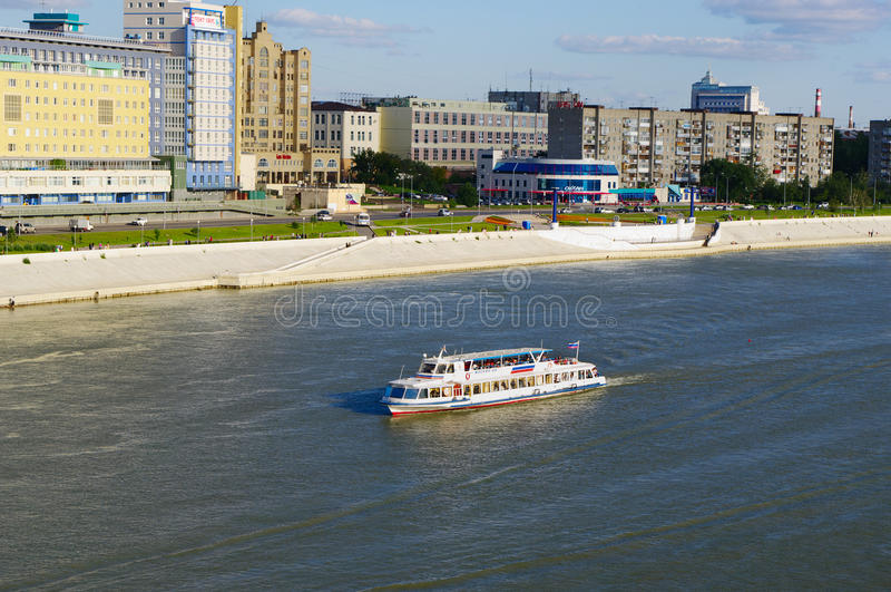 OMSK ROSJA, Sierpień, - 16, 2009: Irtysh rzeka z żeglowanie statkiem wzdłuż bulwaru zdjęcia stock