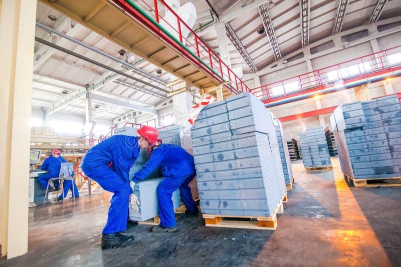 Omsk, Rusia - 28 de abril de 2011: Producción de la fábrica del ladrillo foto de archivo