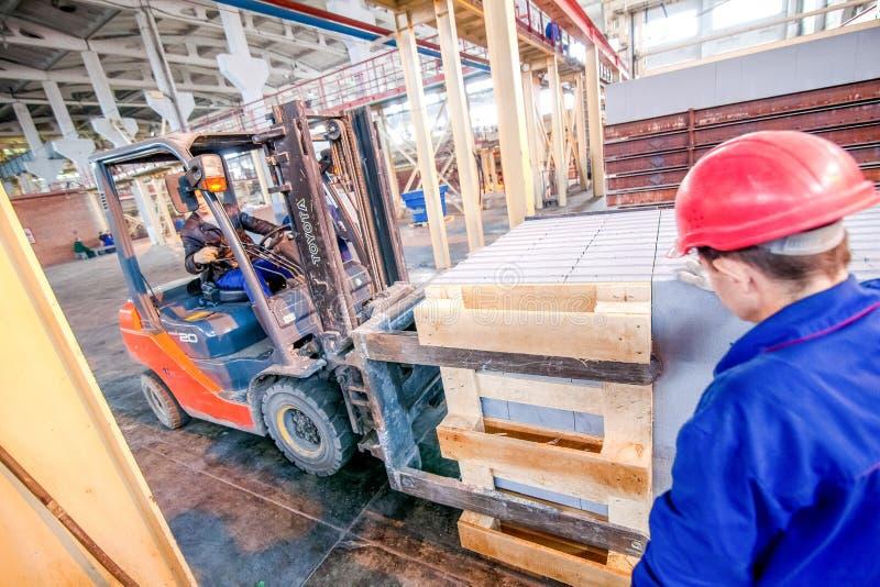Omsk, Rusia - 28 de abril de 2011: Producción de la fábrica del ladrillo foto de archivo libre de regalías