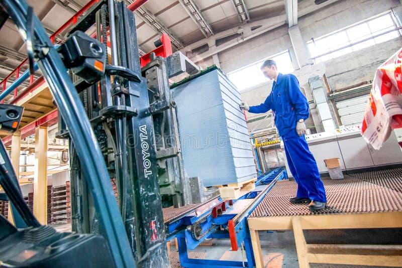 Omsk, Rusia - 28 de abril de 2011: Producción de la fábrica del ladrillo imagenes de archivo