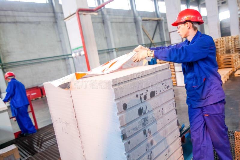 Omsk, Rusia - 28 de abril de 2011: Producción de la fábrica del ladrillo fotografía de archivo libre de regalías