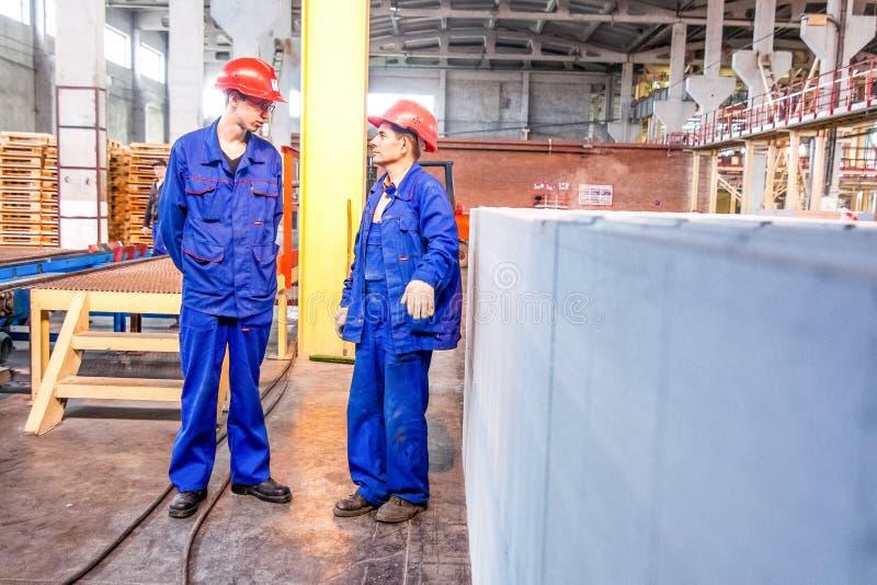 Omsk, Rusia - 28 de abril de 2011: Producción de la fábrica del ladrillo fotos de archivo
