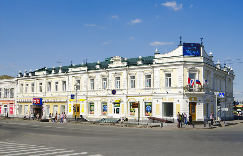 OMSK, RUSLAND - JUNI 12, 2015: De historische bouw op de straat van Lenin stock fotografie
