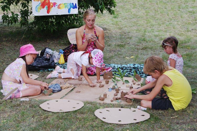 Omsk, Russia - 3 agosto 2014: gruppo di muffa dei bambini da argilla fotografie stock libere da diritti