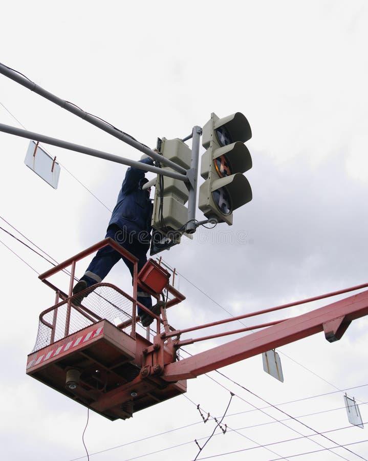 Omsk, Russia - 10 ottobre 2013: mantenimento tecnico dei semafori fotografia stock libera da diritti