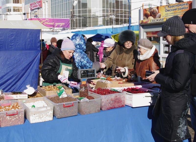 Omsk, Russland - 7. März 2015: Verkäufer und Käufer am Zähler Marktes des im Freien lizenzfreie stockfotos