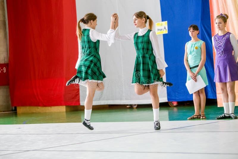 Omsk Ryssland - Augusti 22, 2015: Irländsk dans för internationell konkurrens fotografering för bildbyråer