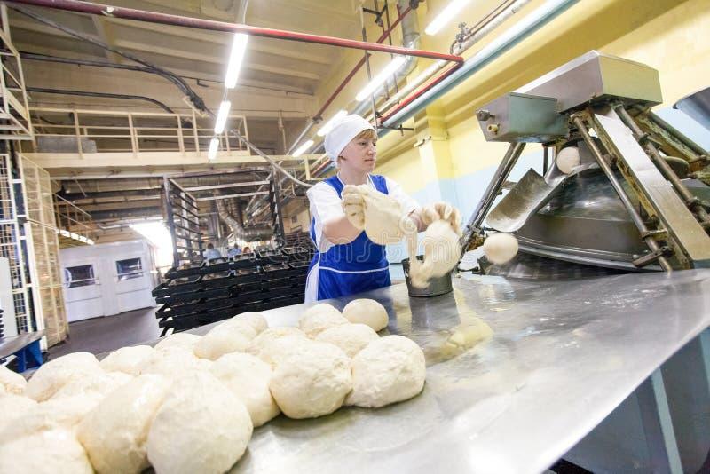 Omsk Ryssland - December 19, 2014: Arbetare på brödfabriken royaltyfria foton