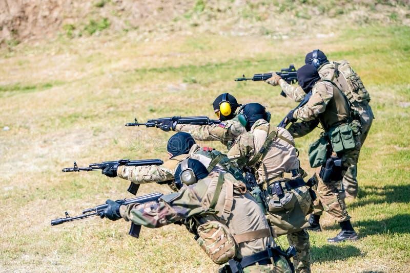 Omsk Ryssland - Juli 1, 2015: militär utbildning royaltyfri foto