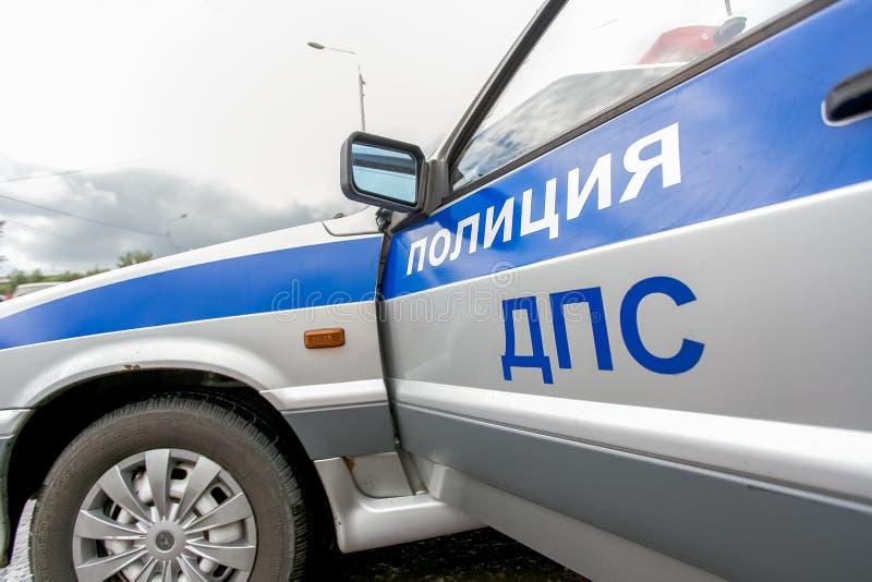 Omsk Ryssland - Juli 10, 2015: trafikpolisen plundrar royaltyfri foto