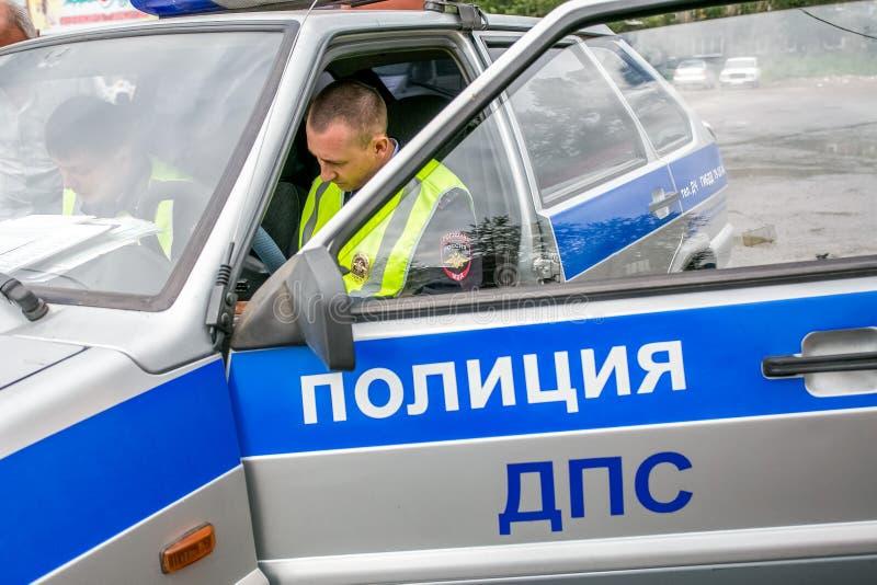 Omsk Ryssland - Juli 10, 2015: trafikpolisen plundrar arkivfoton