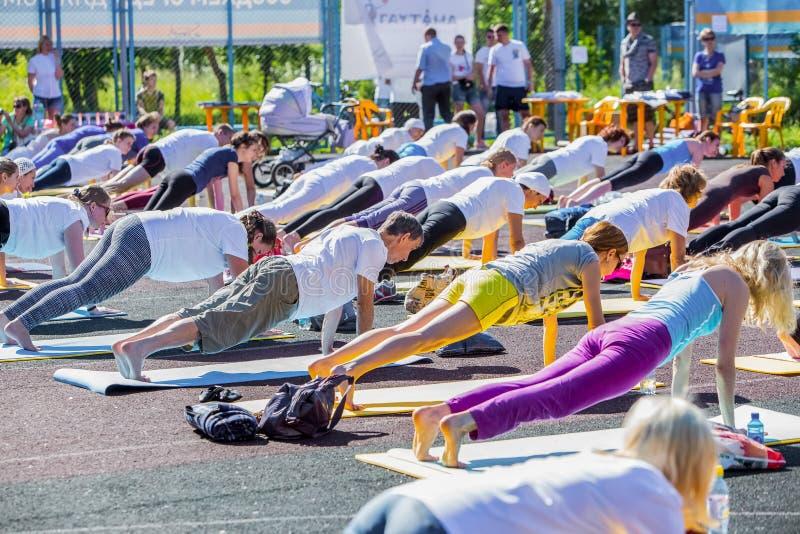 Omsk Ryssland - Juni 21, 2015: yogamaraton i Omsk arkivbild