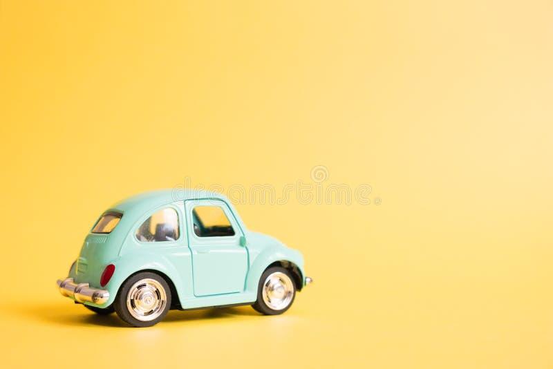 Omsk Ryssland - Maj 26, 2019: Bl? retro leksakbil p? gul bakgrund red steg Loppbegrepp f?r 8 MarchSummer taxa fotografering för bildbyråer