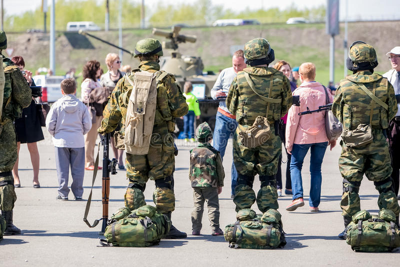 Omsk Ryssland - Maj 8, 2015: segern ståtar arkivbild