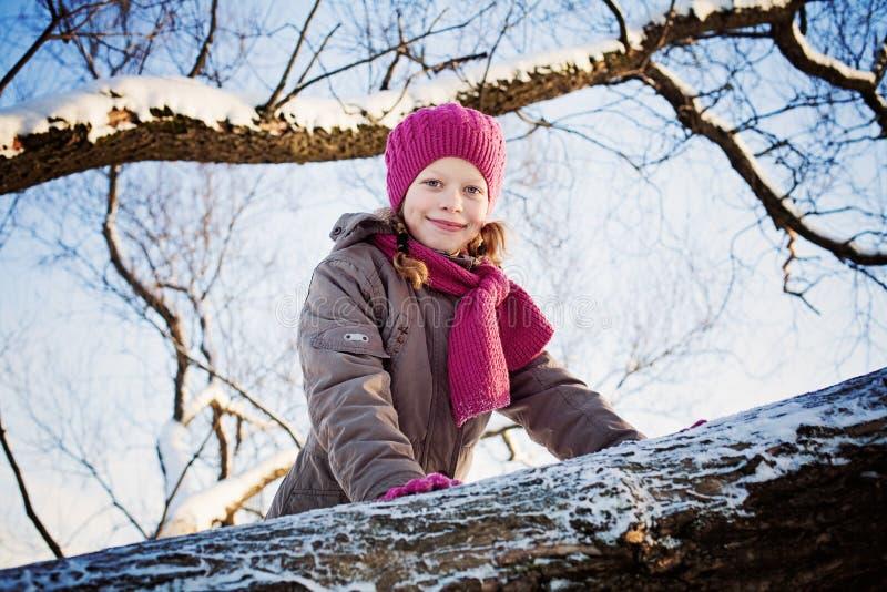 Omslag för vinter för lycklig barnflicka bärande royaltyfri bild
