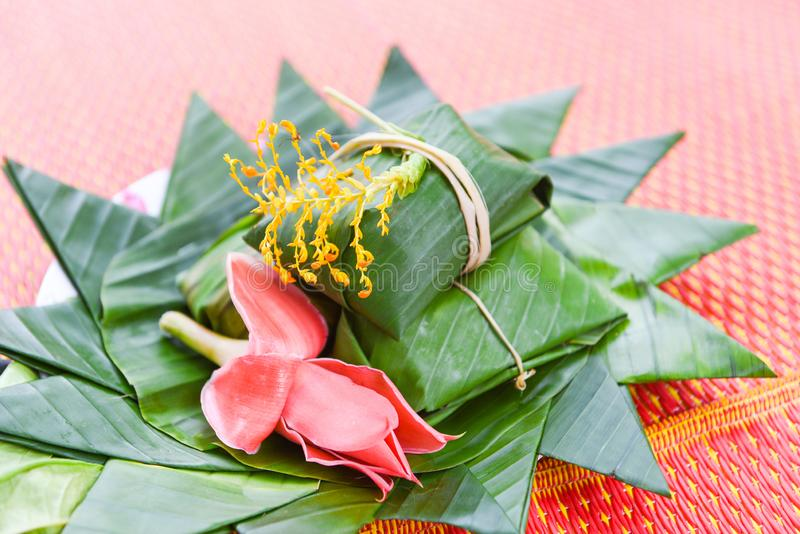 Omslag van het dessert de Thaise voedsel met banaanblad en bloemen op dienblad stock afbeelding