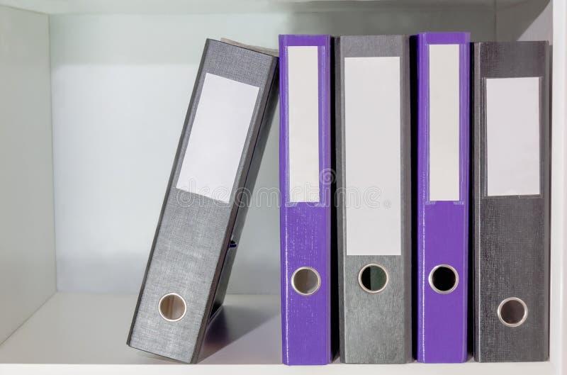 Omslagen voor documenten op een boekenplank stock afbeeldingen