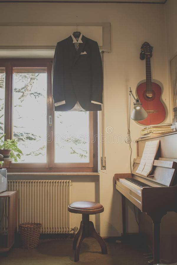 Omslags-, piano- och gitarrdräkt arkivfoto