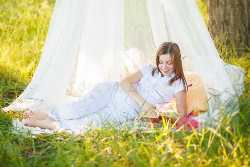 Omsorg för gravida kvinnor, förälskelse arkivfoton