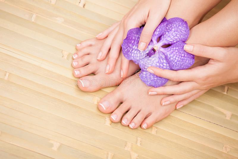 Omsorg för härlig kvinnahud och spikar Pedicure och Manicure arkivbilder