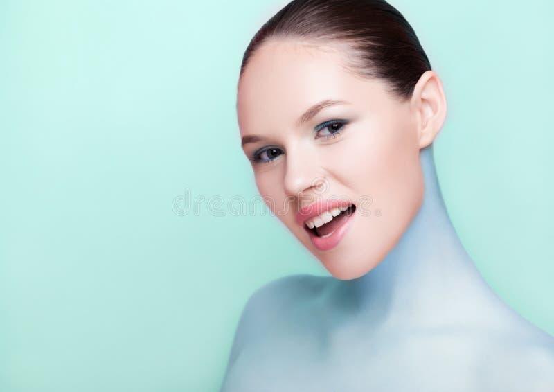 Omsorg för hud för brunnsort för makeup för Beautyl flicka naturlig royaltyfria bilder