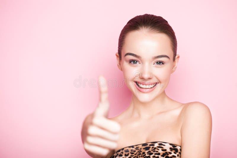 Omsorg för hud för brunnsort för makeup för Beautyl flicka naturlig på rosa färger royaltyfri bild