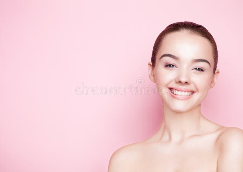 Omsorg för hud för brunnsort för makeup för Beautyl flicka naturlig på rosa färger royaltyfria foton