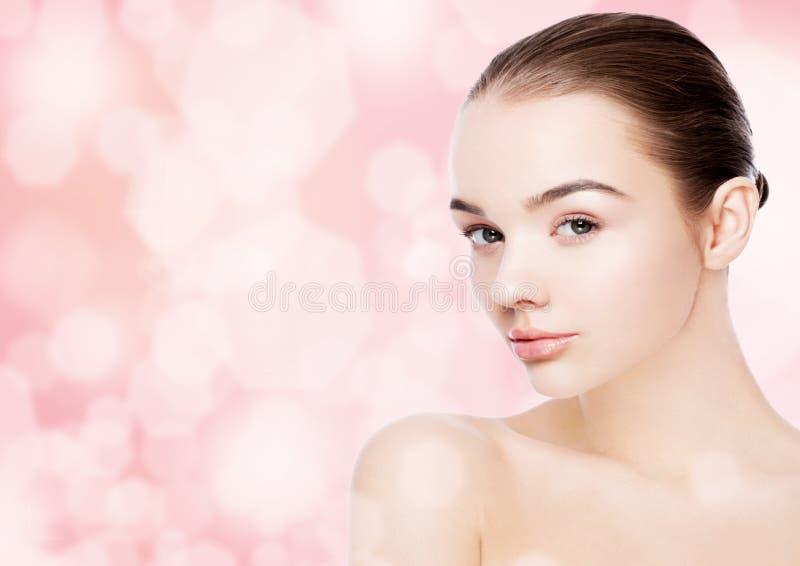 Omsorg för hud för brunnsort för makeup för härlig kvinnaflicka naturlig fotografering för bildbyråer