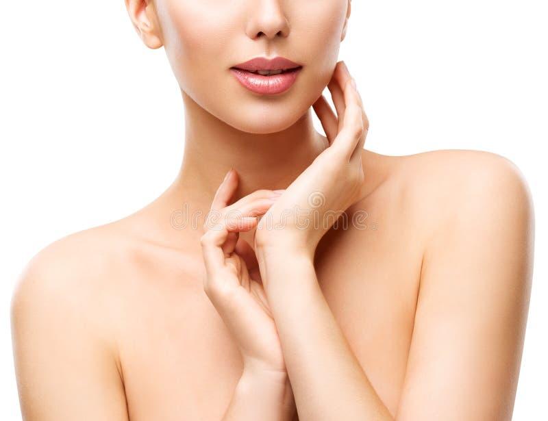 Omsorg för kvinnaskönhethud, modell Touching Neck, framsida Skincare på vit royaltyfria bilder