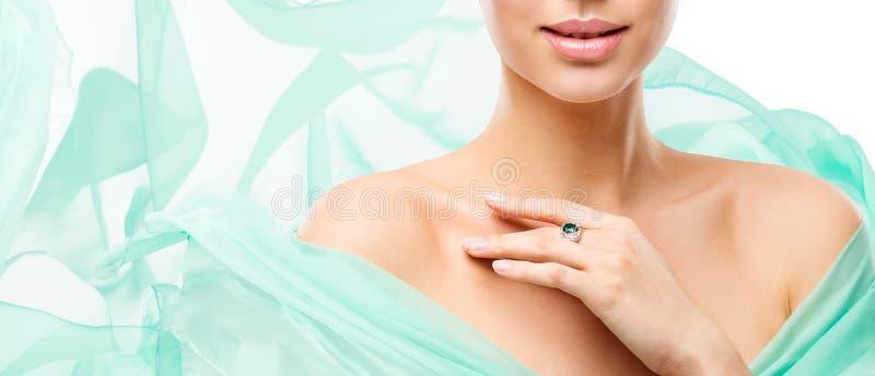 Omsorg för kvinnaskönhethud, modellerar Face Lips Neck och skuldror på vit arkivbilder