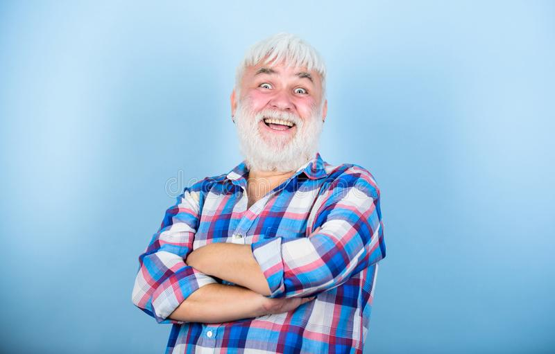 Omsorg för skägg och för ansikts- hår Frisersalongfrisörfrisyr gr?tt h?r ?ldre folk Skäggig man med kläder för vitt hår fotografering för bildbyråer