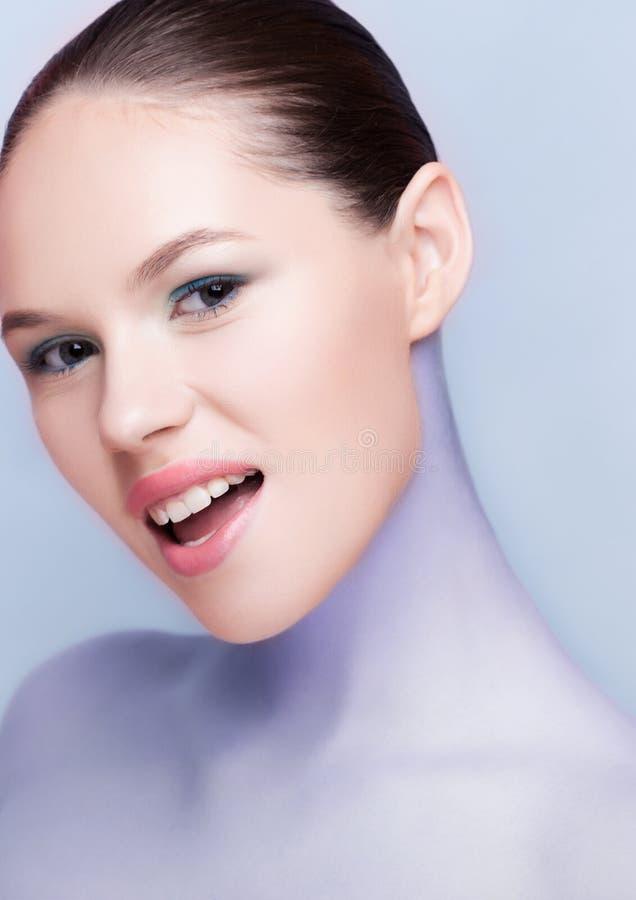 Omsorg f?r hud f?r brunnsort f?r makeup f?r Beautyl flicka naturlig p? bl?tt arkivfoto