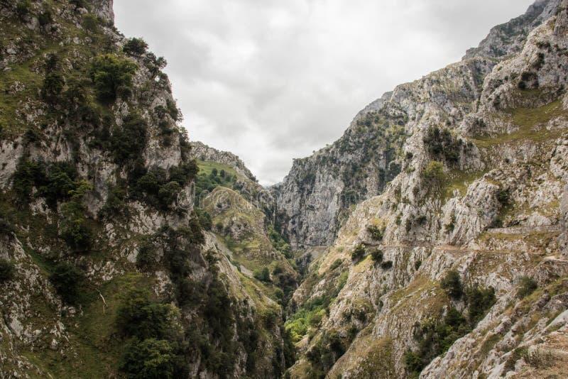 Omsorger sänder i Picosen de Europa, berglandskap royaltyfria foton