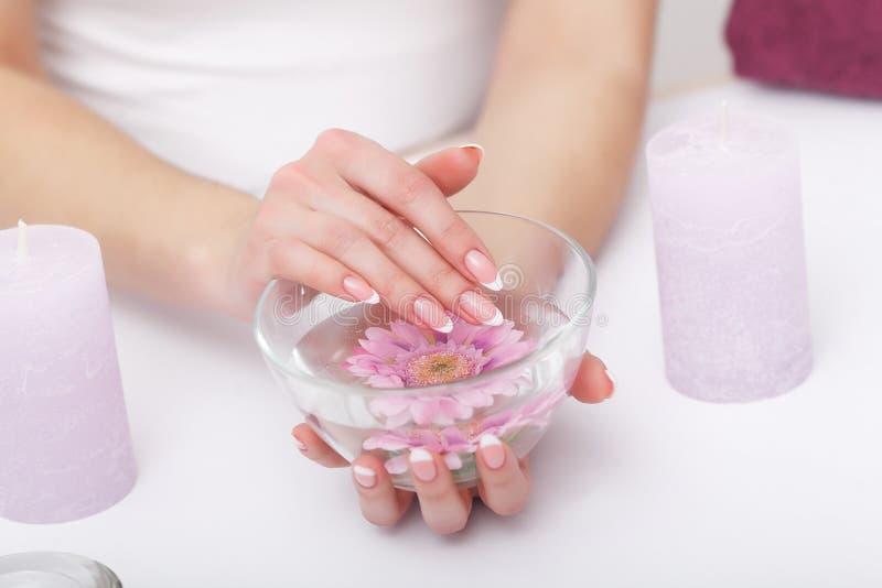 omsorgsbomullsfingernailen spikar att ta bort swabfernissa Closeupen av härliga kvinnahänder med naturligt spikar I arkivbild