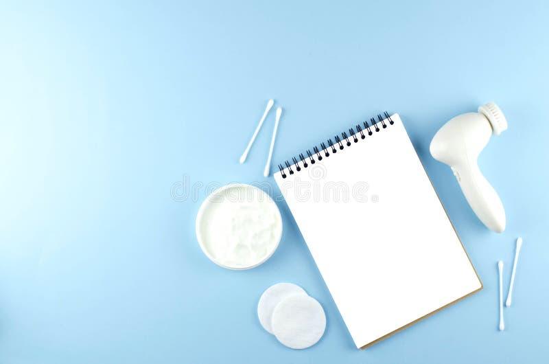 Omsorgskönhetsmedel, anteckningsbok och skönhettillbehör royaltyfri fotografi