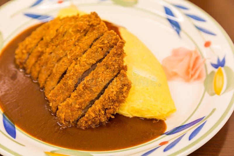 Omurice giapponese del curry con la cotoletta infornata profonda della carne di maiale fotografia stock libera da diritti