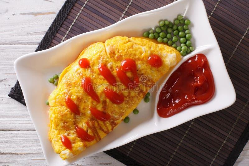 Omurice omlet faszerujący z ryżowym zbliżeniem horyzontalny odgórny widok fotografia stock